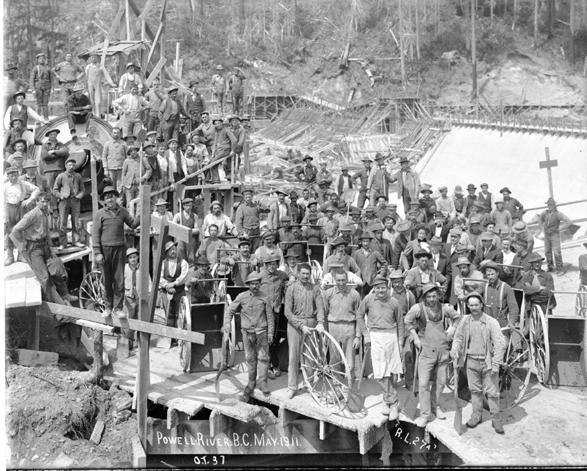 Construction workers at the Townsite dam. 1911.